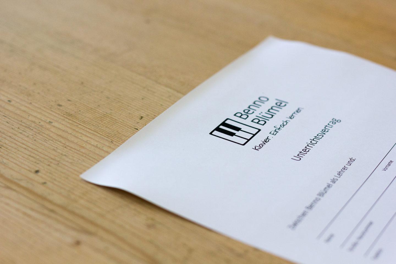 Konditionen: Vertragsexemplar auf Holztisch